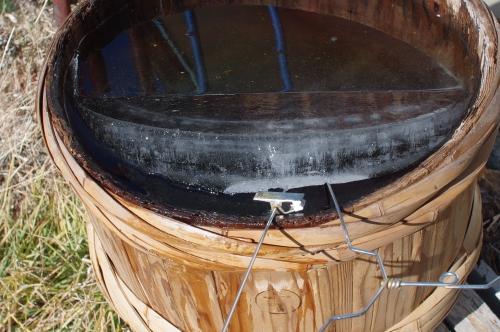 味噌樽を洗う_c0110869_1501716.jpg