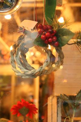 今年もしめ飾り登場!!!(クリスマス飛び越えて.....><;)_e0149863_17161455.jpg