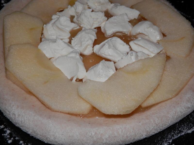 新発売「焼き林檎とクリームチーズ」のデザートピザ_a0125419_21124612.jpg
