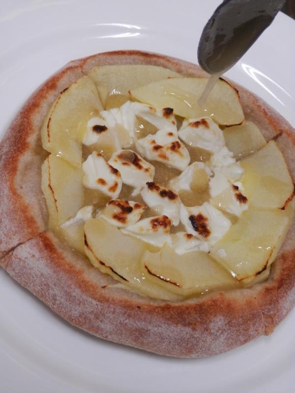 新発売「焼き林檎とクリームチーズ」のデザートピザ_a0125419_21132590.jpg