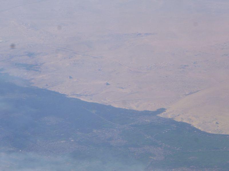 上空からのピラミッド_e0233674_20252348.jpg