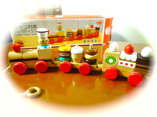今年の我が家のヒットおもちゃ「おやつ列車」_e0030586_139431.jpg