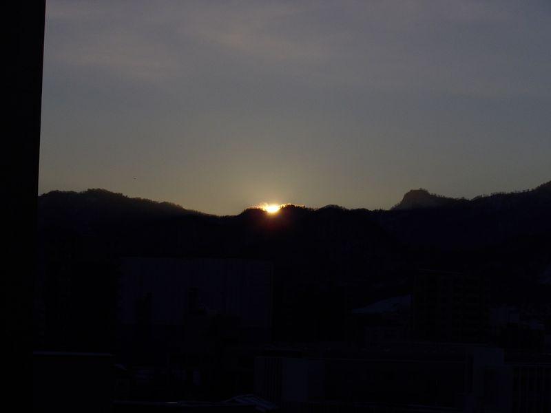 冬至2日後ついに太陽が山に沈む瞬間に立ち会う_c0025115_18581541.jpg