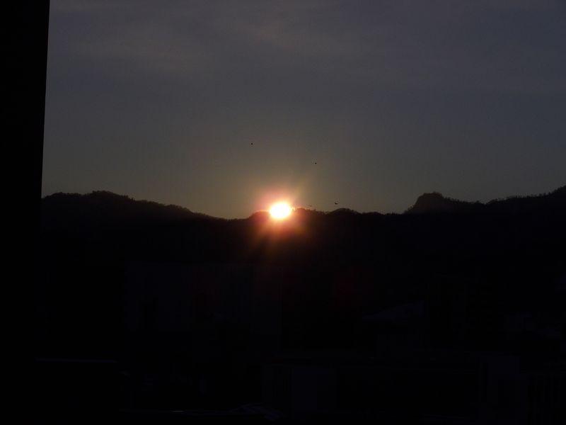 冬至2日後ついに太陽が山に沈む瞬間に立ち会う_c0025115_18581776.jpg