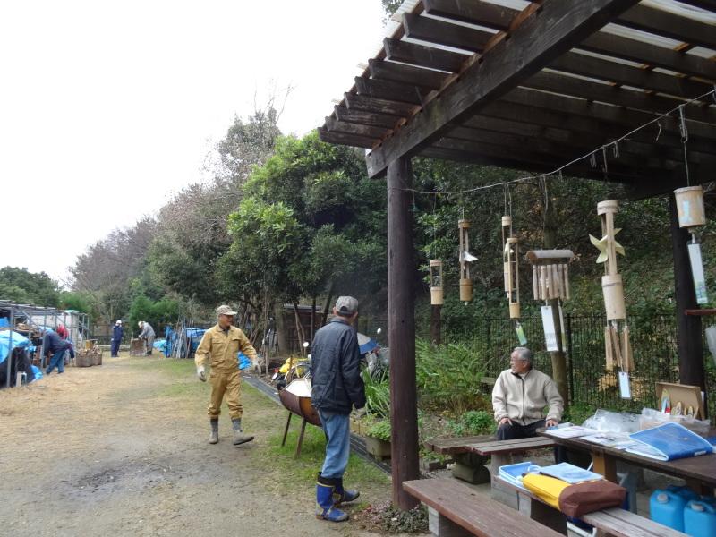 小雨降の中で作業続行・・・うみべの森を育てる会今年最後の定例活動日_c0108460_17433938.jpg