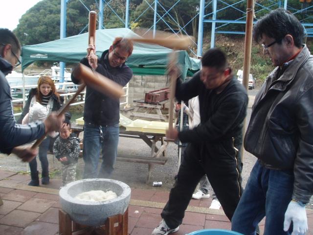 つばきマリーナの餅つき会_a0077071_1325624.jpg