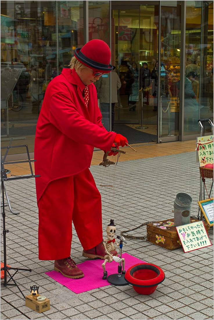 赤い服とガイコツ男のパフォーマンス_a0261169_17475652.jpg