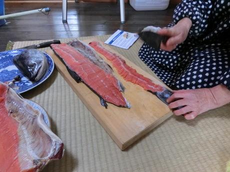 塩鮭を切る_a0203003_14153293.jpg