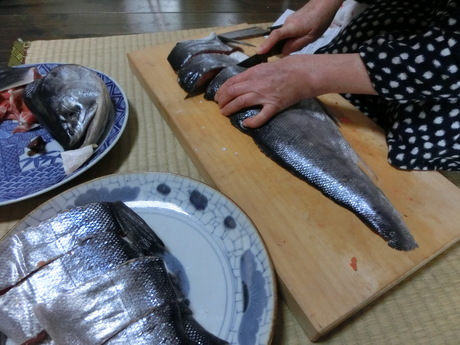 塩鮭を切る_a0203003_14171259.jpg