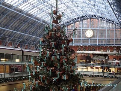 F&Mのクリスマスツリー@St Pancras_f0238789_1382588.jpg