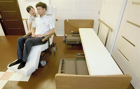 ベッドが車いすに…パナ、介護ロボ事業本格参入 _b0064113_22152773.jpg