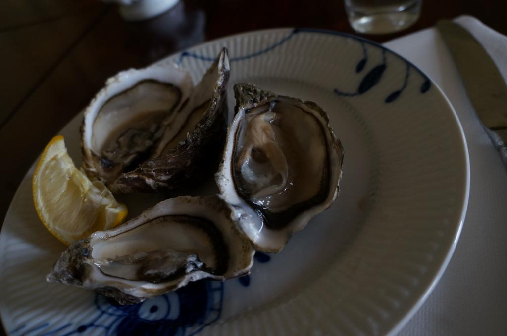 生牡蠣と日本酒、そして骨付きミルクラム_c0180686_19011490.jpg