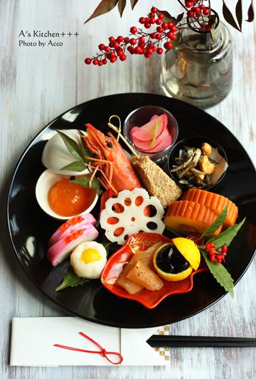 黒いプレートが引き立てる彩豊な10種類のお料理