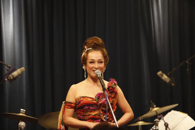 濃いメイクをしてドレスを着ているキムラ緑子の画像