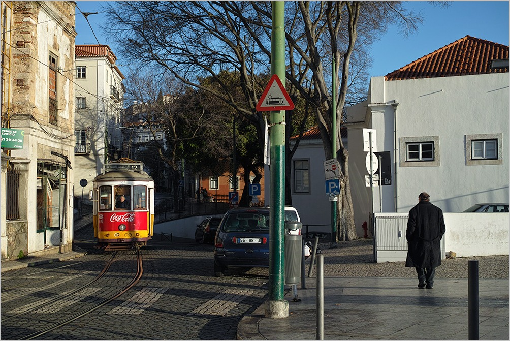 On a street, Lisbon : DP2 Merrill_c0065410_22292126.jpg