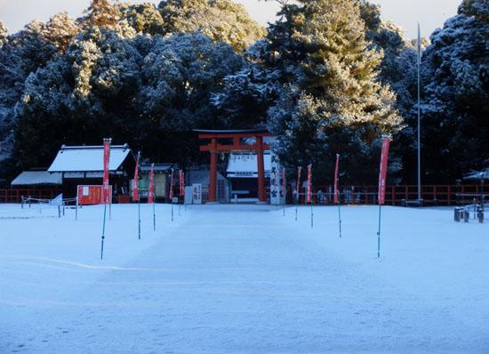 淡雪が 上賀茂神社_e0048413_1825229.jpg