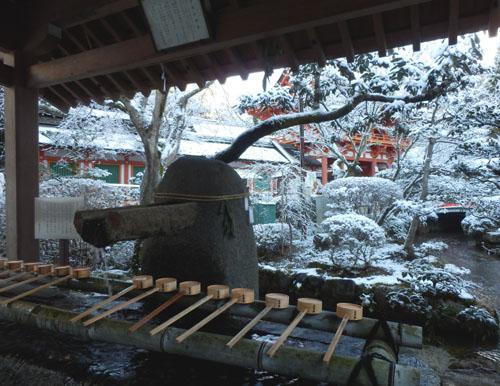 淡雪が 上賀茂神社_e0048413_1833551.jpg
