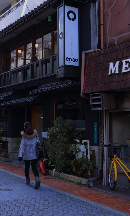 玉宮通りを歩くヒヨコ_e0241944_055212.jpg