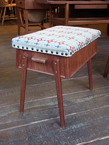 sewing box + ottoman_c0139773_1701937.jpg