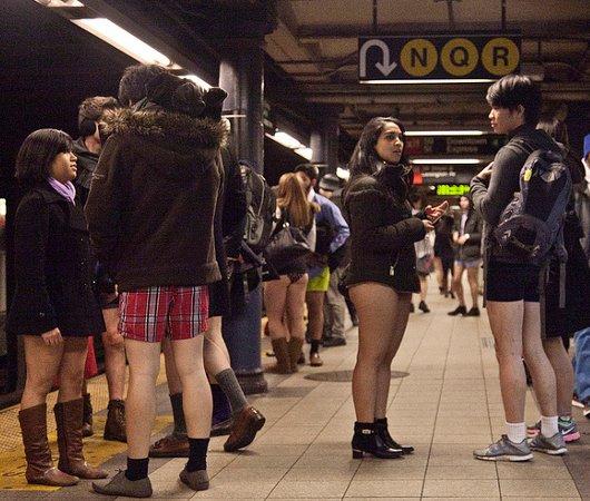 昨日のNYはノー・パンツ・デー!? No Pants Subway Ride 2014_b0007805_23463664.jpg