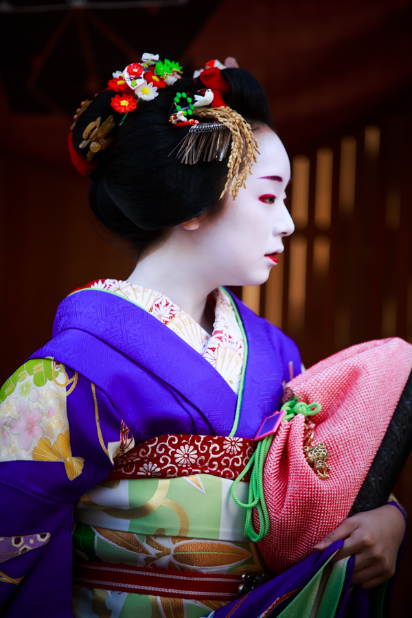 紫の着物を着た舞妓