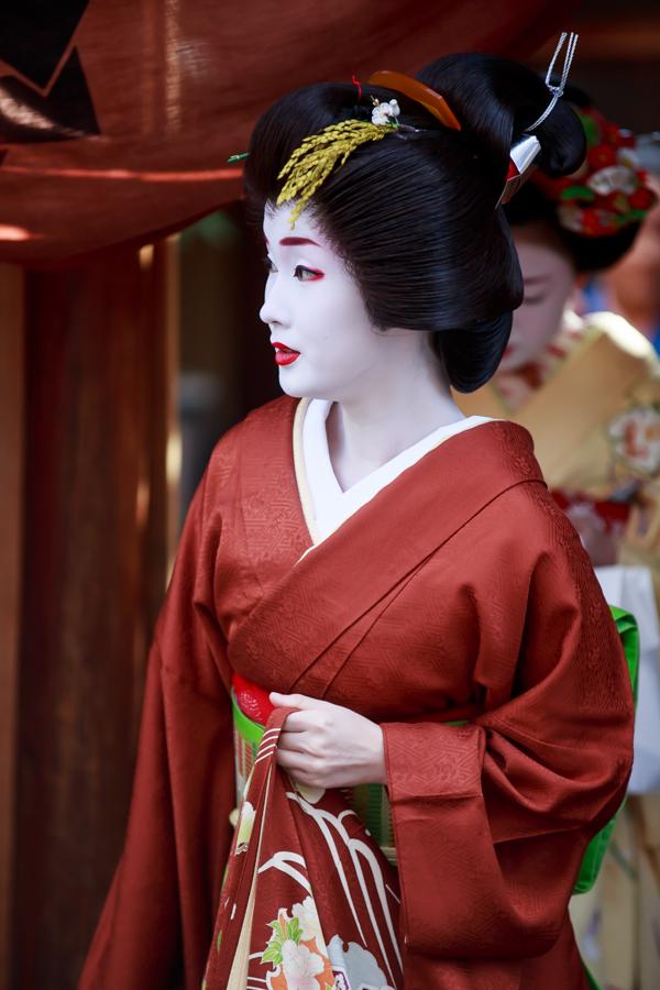 赤い着物を着た芸妓