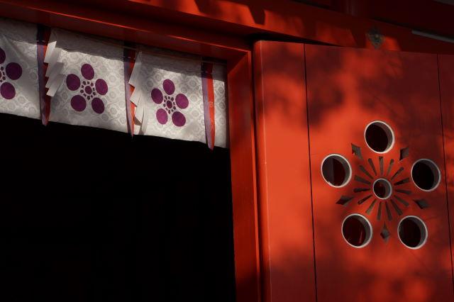 木漏れ日射す神社にて_a0257652_1705452.jpg