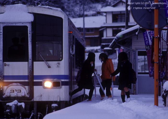 雪の積もった駅で_d0309612_22575439.jpg