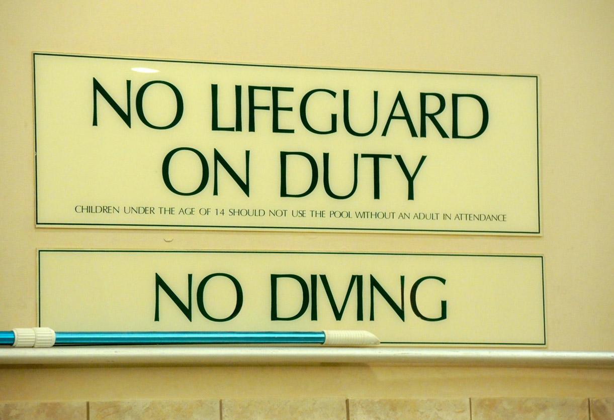 プールでも文字が気になってうっかりしていると水を飲む_e0175918_21432312.jpg