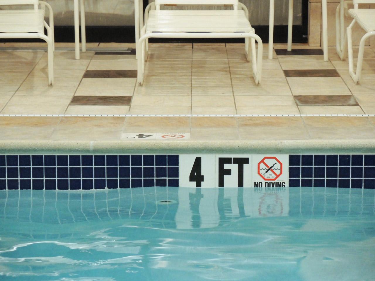 プールでも文字が気になってうっかりしていると水を飲む_e0175918_22304060.jpg