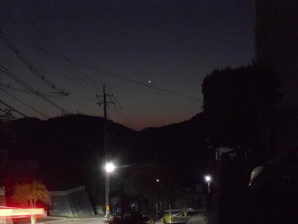 日の出前、東の空に_e0175370_1851644.jpg