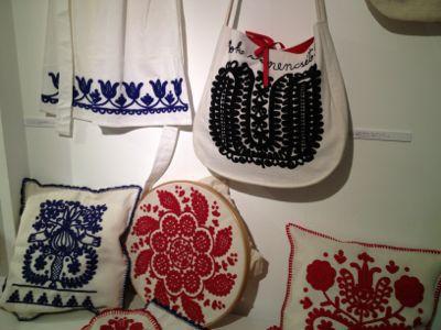 イーラーショシュとカロタセグのきらめく伝統刺繍展_d0226963_13433590.jpg