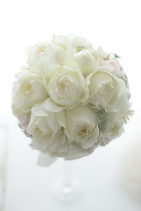 ラウンドブーケ  帝国ホテル様へ 白バラで 雪のドレスに_a0042928_2223432.jpg