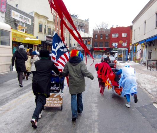 NYの仮装ショッピングカート・レース Idiotarod 2014_b0007805_11103555.jpg
