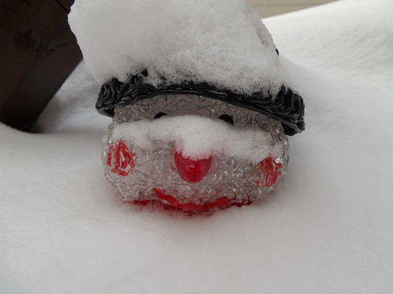 一昼夜雪に埋もれたまま放置された「雪だるま」_c0025115_19121990.jpg
