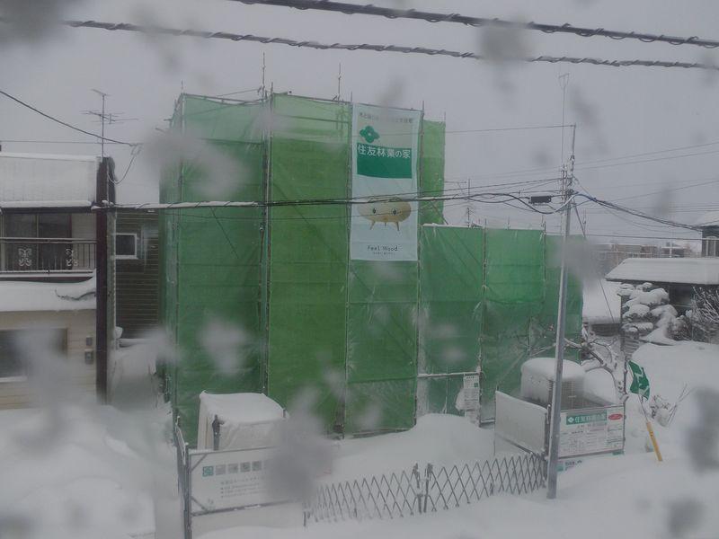 吹雪の中覆いが取り払われた家(大学では卒研発表会)_c0025115_20454194.jpg