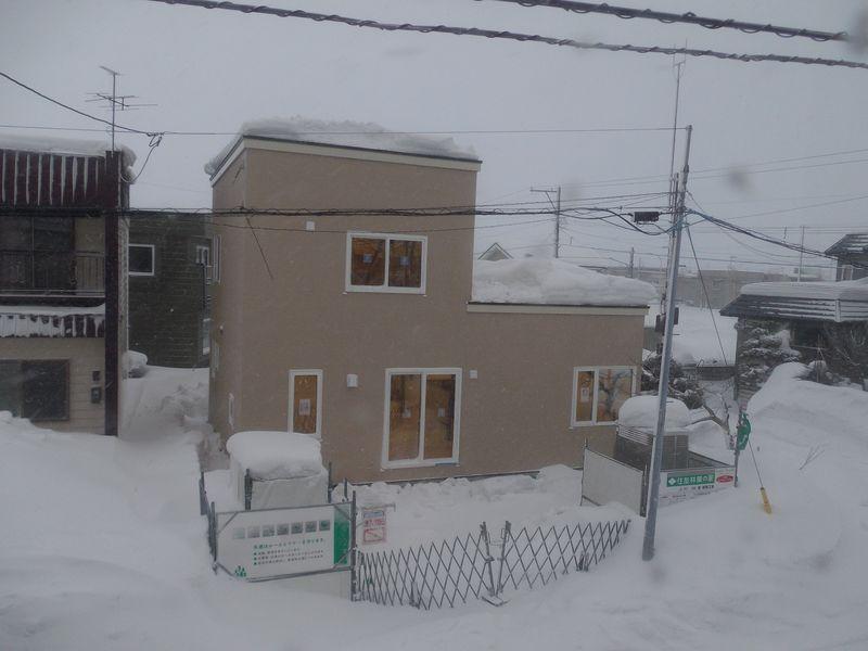 吹雪の中覆いが取り払われた家(大学では卒研発表会)_c0025115_20455356.jpg