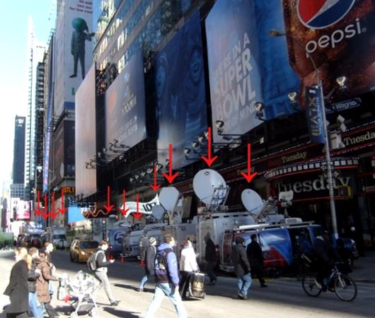 NYのスーパーボウル・ブルーバード、テレビ局の特設スタジオがずらり_b0007805_18501149.jpg
