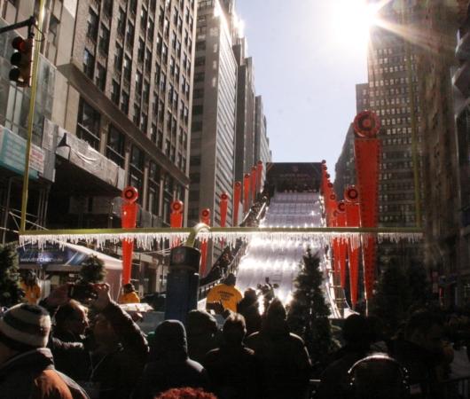 NYのタイムズ・スクエアに巨大ゲレンデ(滑り台)登場中_b0007805_1429100.jpg