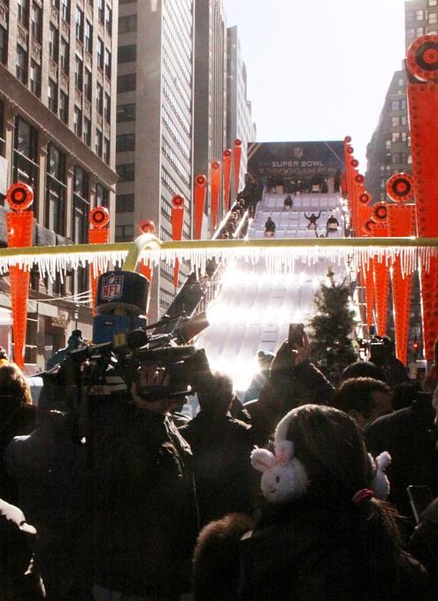 NYのタイムズ・スクエアに巨大ゲレンデ(滑り台)登場中_b0007805_144046.jpg