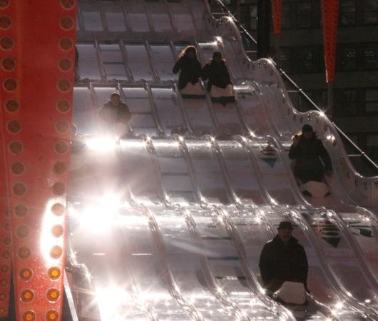 NYのタイムズ・スクエアに巨大ゲレンデ(滑り台)登場中_b0007805_14773.jpg