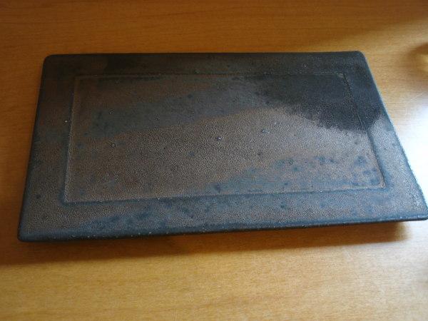 大原光一さん 黒い板皿・黒いポットと白いカップ_b0132442_17450265.jpg