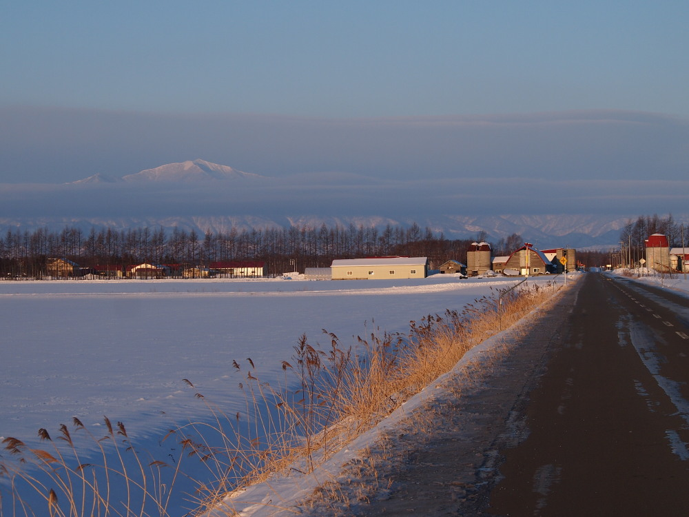 霧氷ツアーの帰りに見た・・筋状の雲から頭を出す日高山脈_f0276498_13523981.jpg