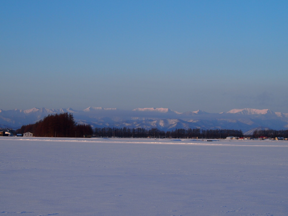 霧氷ツアーの帰りに見た・・筋状の雲から頭を出す日高山脈_f0276498_1353960.jpg