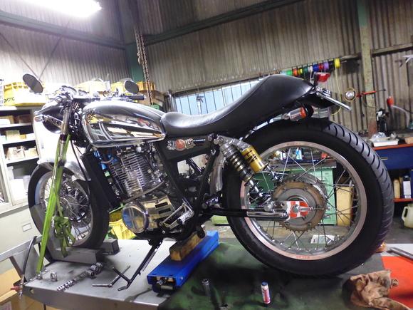 SR400/500 スイングアーム取り付け_a0139843_20124173.jpg