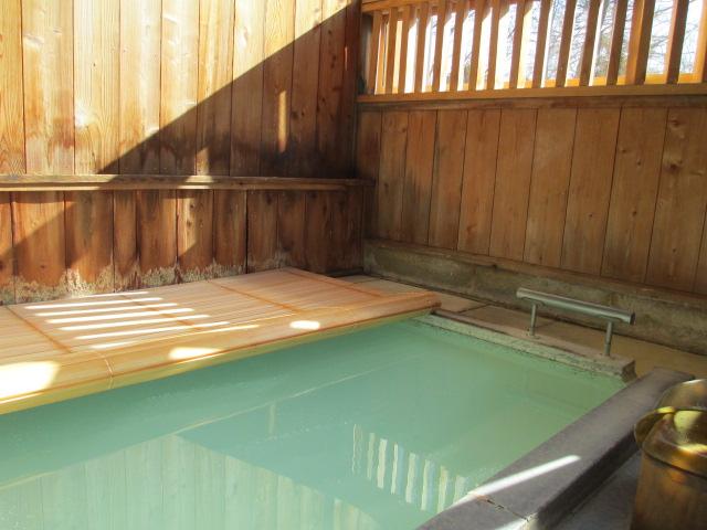 露天風呂にヒノキのフタを置きました_a0217365_1354058.jpg