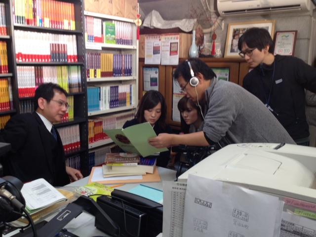 日本僑報社にNHK「テレビで中国語」の取材班来訪_d0027795_1554319.jpg