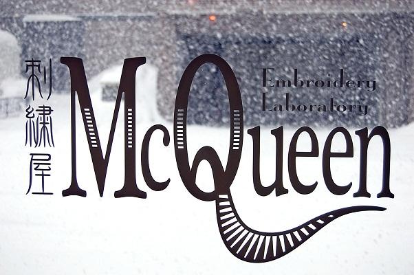 刺繍屋McQueenのサインの外は雪。_e0260759_11145858.jpg