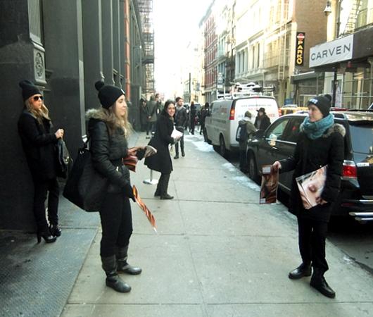 NYファッション・ウィーク開催中の街角には、お洒落な方々がいっぱい_b0007805_11543822.jpg