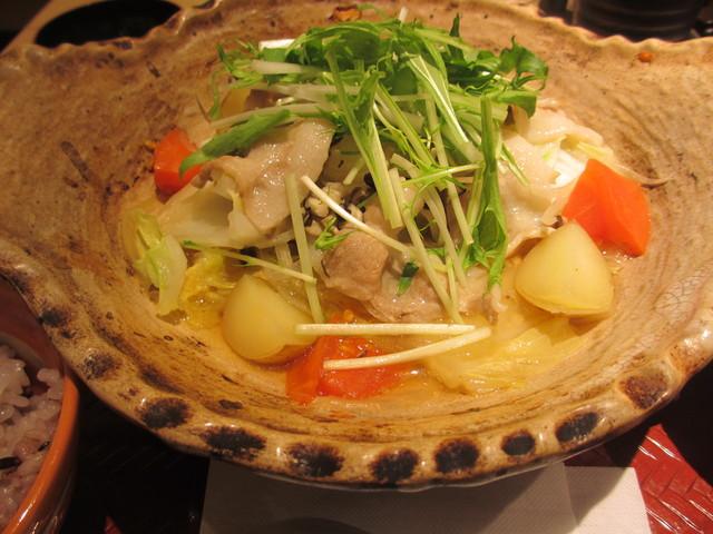 「四元豚と たっぷり野菜の 蒸し鍋定食」+「ばくだん小鉢」@大戸屋_c0212604_22165332.jpg
